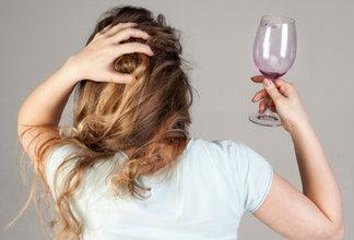 È vero che l'alcol fa venire il mal di testa?